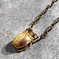 Orner collier Mini Scarab�e laiton polis