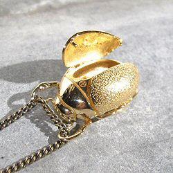 Orner collier Scarab�e medaillon en laiton polis